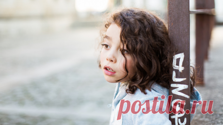 Фразы «никогда не разговаривай с незнакомыми», «никуда ни с кем не уходи» не работают. У нас в блоге «Папамамам» вышла важная статья о том, что нужно рассказать ребенку о правилах общения с незнакомцами.