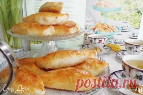 Хрустящие пирожки с мясом по рецепту Юлии Высоцкой. Ингредиенты: тесто слоеное бездрожжевое, яйца куриные, мука