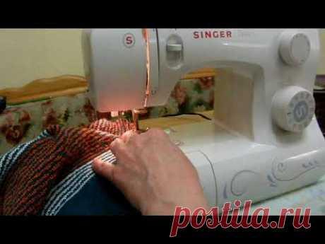 Сбока вязаного жакета на швейной машине