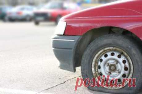 Спустило колесо: как на нем ехать и каковы последствия