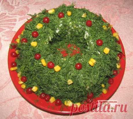 Салат «Рождественский венок» с куриным филе, сыром и яйцами — Кулинарная книга - рецепты с фото