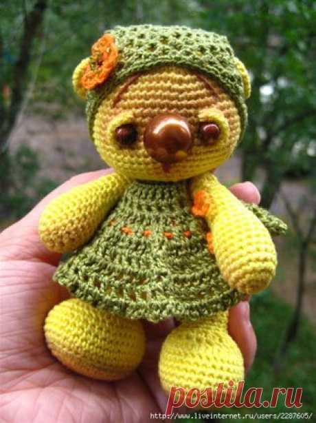 """Маречка. (вязание крючком)  #вяжем_игрушки@igryshkisvoimirykami Связалась у меня еще одна медвежонка Маря. Маречка. Связана из хлопка """"Нарцисс"""". Ростоком 12 см, глазки-деревянные бусинки (на мой взгляд большеваты, ну да ладно...), нос-пуговица.  Спасибо девочкам, которые давали ценные советы-рекомендации по вязанию таких мишек . Собрав все советы воедино и добавив кое-что своё, попробую рассказать, как такого медвежонка вязала я :   Сокращения:  ВП – воздушная петля  СБН –..."""