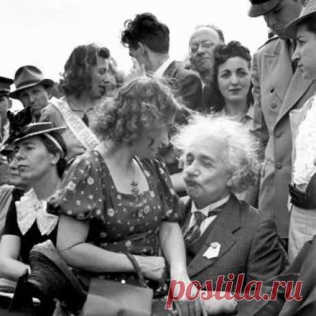 Альберт Эйнштейн с дочерью на коленях на открытии еврейского павильона на Всемирной выставке в Флашинг-Медоус, Нью-Йорк, 1939 год.