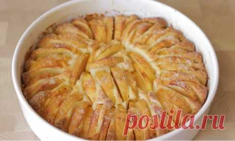 """Пеку через день яблочный пирог с хрустящей корочкой и не надоедает. Быстрая выпечка с яблоками Яблочной выпечки много не бывает, особенно в сезон. """"Идут яблоки"""" - нужно готовить. Так и живем. Кабачки одолели, едим кабачки. Теперь вот яблоки. Поэтому с конца августа яблочная выпечка в нашем доме практически через день. Заготовки из яблок типа: варенья, компота и прочее, у меня в семье как-то"""