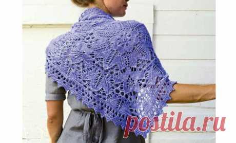 Ажурная шаль цветочным узором Вязаная ажурная шаль цветочным узором, выполнена спицами. Описание