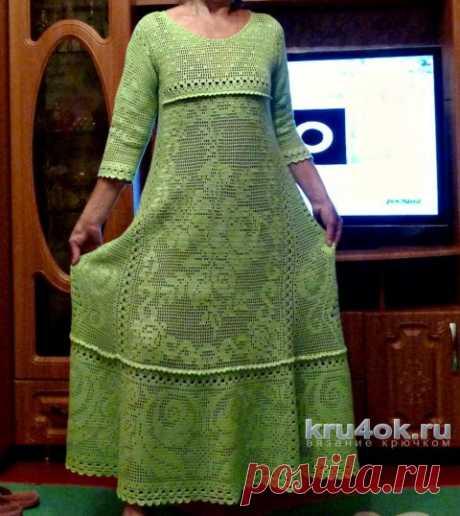 El vestido de mujer por el gancho, la labor de punto de filete. El trabajo de Irina