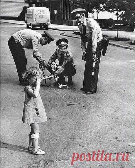 1980 г. Милиционеры ремонтируют плачущей девочке велосипед