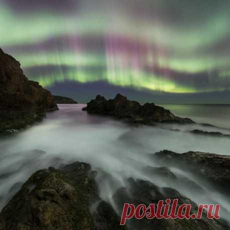 Aurora sobre la costa rocosa del mar de Barents. El autor de la foto – Merkushev Aleksandr: ¡nat-geo.ru\/photo\/user\/180741\/ Buenas noches!