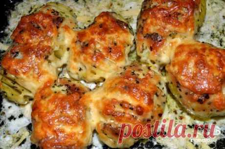 """Картошка с сыром в мультиварке  Ингредиенты: Картофель — 10 Штук Сыр — 150 Грамм Майонез — 100 Грамм (лучше домашний) Сливочное масло — 30 Грамм Соль, приправы — - По вкусу  Количество порций: 3-4 Как приготовить """"Картошка с сыром в мультиварке"""" Почистим картошку, хорошо промоем и при помощи ложки и ножа сделаем равномерные надрезы (расстояние примерно 5 мм). После того как надрезали все картофелины, добавляем к ним майонез, соль, специи. Картофелины хорошо обмазываем в ма..."""