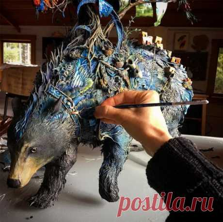 Скульптуры животных Ellen Jewett Художница Эллен Джуитт (Ellen Jewett) создает талантливые скульптуры животных в стиле фэнтези. Работы Эллен отличаются одновременно и сказочностью, и реалистичностью.