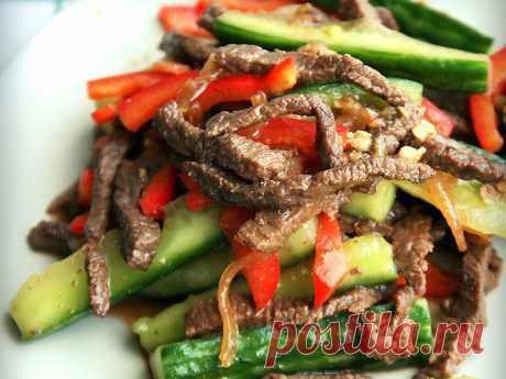 Los pepinos con la carne en coreano (las asambleas)