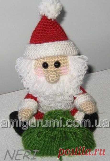 Забавные вязаные Деды Морозы  #вяжем_игрушки@igryshkisvoimirykami Цвета ниток: бежевый, белый, красный (синий), черный.  Условные обозначения:  вп - воздушная петля  Показать полностью…