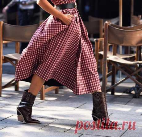С чем носить женские казаки: фото модных сочетаний. Не первый сезон ковбойские ботинки топчут подиумы, красные дорожки и конечно же, улицы многих городов. Да, мода ходит по кругу, но любит удивлять! Помимо того, что казаки стильно смотрятся, они ещё и очень удобны в носке. Всё потому, что в них присутствует невысокий и устойчивый каблук, который зрительно вытягивает силуэт и при этом не создаёт дискомфорт.
