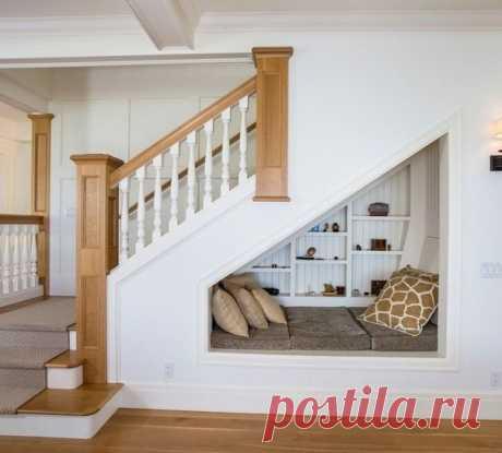 Уютное местечко под лестницей