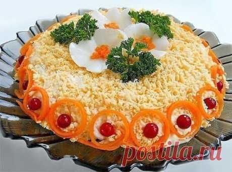 """Просто на расхват! На праздничном столе его не будет уже через 5 минут Ингредиенты: куриное филе - 250 г; Для приготовления салата """"Бунито"""" понадобится: куриное филе - 250 г; яйца отварные - 3-4 шт.; морковь по-корейски - 125 г; сыр твердый - 100 г; майонез 30% жирности - по вкусу; соль - по вкусу; зелень - для украшения. Куриное филе отварить до готовности в подсоленной воде. Остудить и нарезать небольшими кусочками. Выложить первым слоем в салатник.Вторым слоем разместить"""