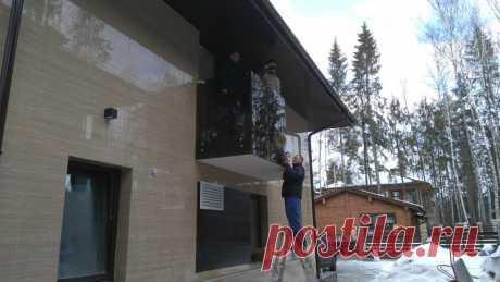Изготовление лестниц, ограждений, перил Маршаг – Монтаж перил балкона из черного стекла