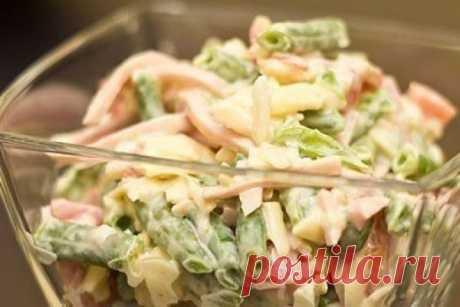 Салат с ветчиной и стручковой фасолью. Всегда съедается первым    Сразу захотелось приготовить!          Ингредиенты: Зеленая фасоль — 400 гВетчина — 250 гСыр — 100 гПомидоры — 2 шт.Лук — 1/4 шт.Сметана или майонез — 4 ст.л.Соль по вкусу Приготовление: Фасоль кла…