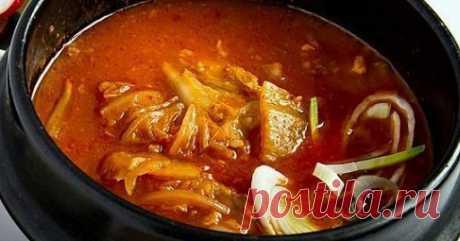 Острый суп из пекинской капусты (Kimchi jjigae). Рецепт Бросаете в сковороду пекинскую капусту (или готовую капусту кимчи). Если вы готовите с мясом, то и мясо добавляете. Жира и воды из капусты хватит что бы тушить эту смесь. Не добавляйте воду. Добавьте в сковородку чили-пасту, соевый и рыбный соус. Добавьте ложку сахара. Тушите 20 минут.