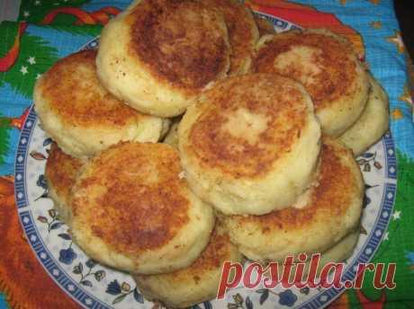 Картофельные биточки — это простое и вкусное второе блюдо. Готовят их круглой формы, которая достигается путем отбивания подготовленной массы между ладошками. Биточки можно приготовить с начинкой внутри и тогда они будут похожими на круглые зразы картофельные.