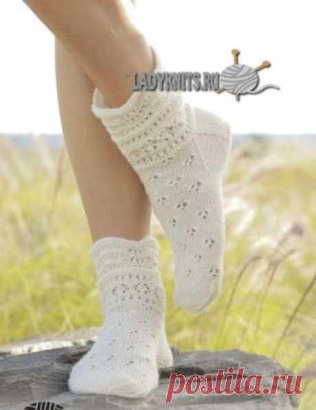 Новый перевод. Вязаные спицами ажурные носки Almost Spring («Почти весна») от DROPS Design. Описание: https://www.ladyknits.ru/index.php/noski-gol/1129-noski-pochti-vesna.html