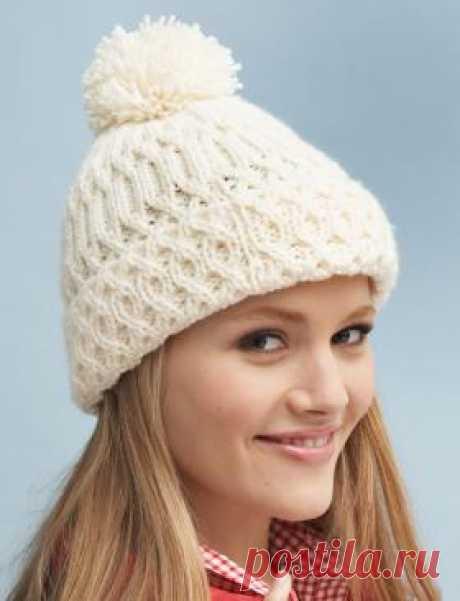 Рельефная шапка с отворотом спицами Теплая женская шапка с отворотом спицами, выполненная из белоснежной акриловой пряжи средней толщины. Вязание шапки осуществляется рядами красивым...