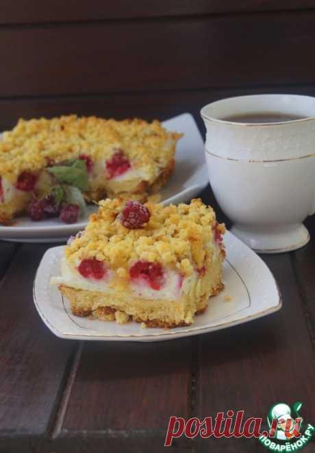 Тертый пирог с безе и малиной.