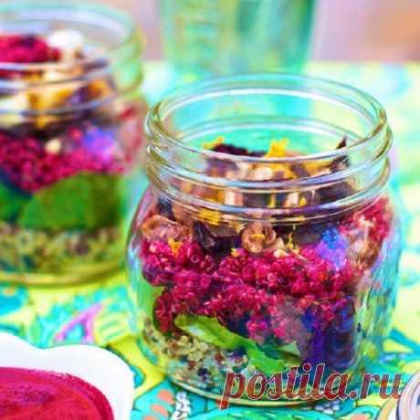 7 рецептов слоеных салатов в банке, которые так удобно брать с собой