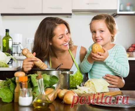 Блюда из картофеля: 10 полезных рецептов для детей. Картофель на нашем столе – привычный и даже обыденный продукт. Настолько, что некоторые мамы считают его слишком простым для того, чтобы включать в меню малыша. И зря, ведь в картофеле много полезных веществ, а блюда из него могут быть небанальными и очень вкусными.