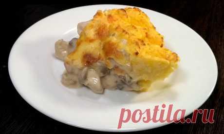 Потрясающе вкусное горячее блюдо из картофеля, куриной грудки и свежих грибов не только разнообразит повседневное меню, но и станет настоящим украшением праздничного стола. Получается оно невероятно вкусным: замечательное сочетание нежнейшего картофельного пюре и сочного жюльена, под запечённым сыром, никого не оставит равнодушным.