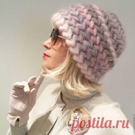 Как связать шапку спицами для женщины 60 лет на зиму Связать женскую зимнюю шапку спицами можно узором английская резинка. Чем толще пряжа, тем быстрее получится завершить круговое изделие.