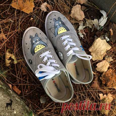 Оригинальная обувь – специально для вас! А вы хотите носить по-настоящему авторскую обувь, украшенную симпатичной художественной росписью? Такую, какой нет и просто не может быть больше ни у кого? Тогда предлагайте свои идеи! Вот, например, милые кеды в стиле популярного аниме «Мой сосед Тоторо». Обувь приносит заказчик, а мастер M-Sweet расписывает ее по предварительно обговоренному и согласованному заказу. Получается действительно яркая и необычная вещь!