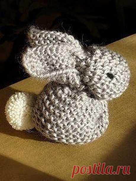 Секреты рукодельницы Схемы Вышивка Вязание Шитье/ Кролик, который сможет связать даже начинающая вязальщица. Потребуется всего лишь квадрат платочной вязкой.
