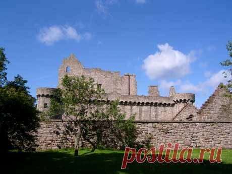 Замок Крэйгмиллар представляет собой руины в Эдинбурге. Он был построен в 14 веке феодальными баронами Престонами, в качестве жилой резиденции, и постепенно расширялся на протяжении 15 и 16 веков.... Замок КрэйгмИллар был захвачен англичанами в Мае 1544 года вместе с его лэрдом, другим Саймоном Престоном, который был в то время так же лордом - проректором Эдинбурга и был верным сторонником королевы Шотландии Марии Стюарт, которая назначила его в свой Тайный совет.