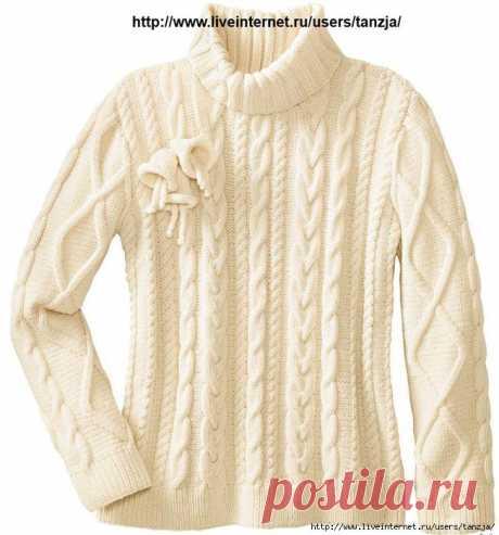 Белый свитер с рельефным узором.