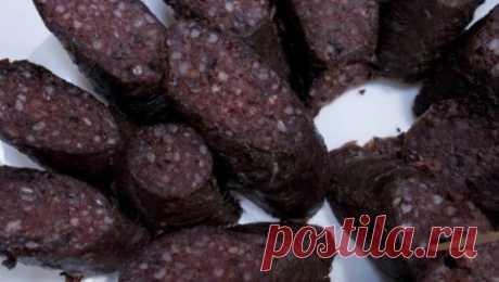 Кашанка   Польская кухня w Culture.pl В зависимости от региона, кашанка различается способом приготовлением и начинкой. Чаще всего основной для фарша, который затем помещается в кишку, служит гречневая и перловая каша, кровь и субпродукты: свиная печень, легкие, кожа и жир. Обычно ее едят с квашеной капустой, яблоками, поджаренным луком, с куском хлеба и соленым огурцом или печеной картошкой.