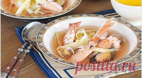 Это великий суп, что уж говорить. Сколько по берегам Средиземного моря супов с морепродуктами и рыбой, помидорами и шафраном – но bouillabaisse прославился больше всех. Его истоки теряются в глубинах истории. В Марселе – городе, считающемся родиной современной версии, буйабес редко варят на компанию меньше чем из десяти человек. Чем больше рыбаков соберется, тем больше разной рыбы в него положат и тем вкуснее и наваристее он будет…