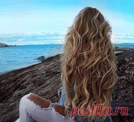 Как сделать пляжные локоны в домашних условиях? Эффект пляжных волос смотрится романтично, красиво и естественно. Beach waves – прическа, которая не выходит из моды уже несколько сезонов подряд. Большое ее преимущество состоит в том, что создать легкие волны можно без привлечения парикмахеров. Как сделать пляжные локоны самостоятельно, и какие дополнительные средства понадобятся, мы попробуем разбираться далее в статье.Заплетаем косичкиЗаплетение волос в косички или пучок ...