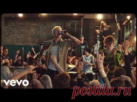 Клип Machine Gun Kelly, YUNGBLUD, Travis Barker - I Think I'm Okay бесплатно