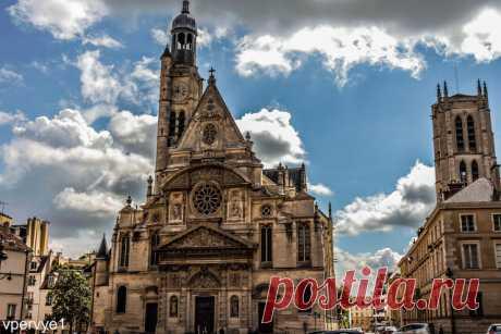 Сент-Этьен-дю-Мон  Церковь Сент-Этьен-дю-Мон не столь знаменита, как Нотр-Дам-де-Пари, но внимания определенно заслуживает. Она красуется на месте аббатства, где некогда молилась Женевьева, святая покровительница Парижа, и где впоследствии хранились ее мощи. Революция не пощадила Сент-Этьен-дю-Мон: останки небесной заступницы сожгли, золотой саркофаг переплавили, здание аббатства отдали под лицей, а позже и вовсе разрушили. Но храм возродился, и сегодня его фасад узнаваем ...