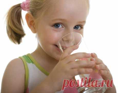 Сколько должен пить ребенок Взрослый человек всегда сам знает, сколько воды ему требуется.Маленький ребенок без помощи родителей не только не способен утолитьсвою жажду – он даже не умеет отличить подобное чувство от всехпроч