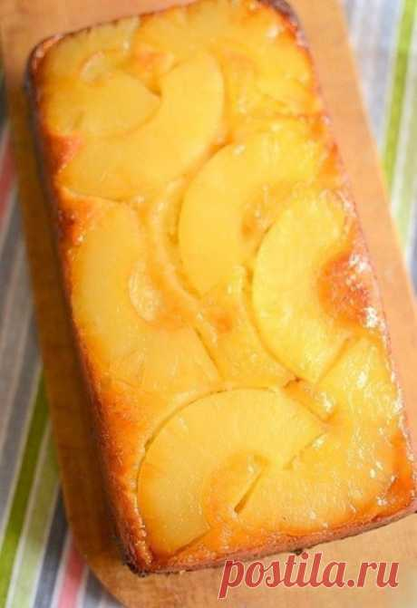 Пирог с консервированным ананасом  Совершенно божественный пирог, просто чудо! Нежный бисквит, сочный ананас, сливочная карамель пропитывает все стенки пирога – пальчики оближешь! Сохрани рецепт, чтобы не потерять!  Ингредиенты:  Для теста:  Яйца — 2 шт. Сахар — 3 ст. л. Сливочное масло — 100 г Питьевой йогурт — 125 мл Мука — 4 ст. л. Разрыхлитель — 1,5 ч. л. Цедра лимона — 1 шт.  Дополнительно:  Сливочное масло — 50 г Сахар — 2 ст. л. Лимонный сок (для карамели) — 1 ст. л...