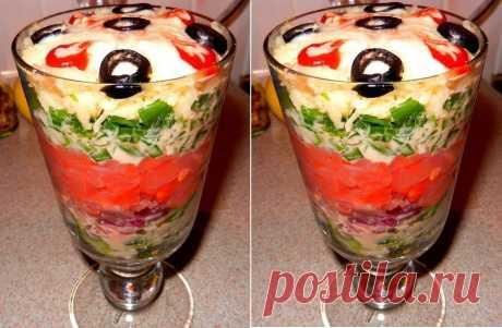 Праздничный салат с форелью и огурцом — божественно   Вкуснятина!     Ингредиенты: Рыба (подкопчёная: семга, кета, форель и т.д.) — 100 граммЛук (красный)— 1/2 штукиЛук зеленый — 1 пучок.Сыр твердый (не соленый) — 70-80 граммОгурец свежий — 1 штукаМайо…
