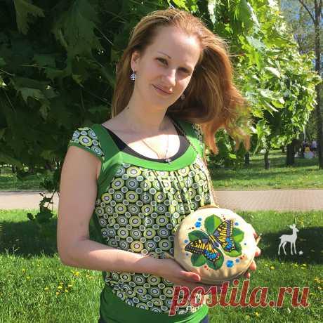 Бабочка Махаон на круглой сумочке Когда приходит жаркое лето, все деревья зеленые и полно солнца, тогда хочется и самой соответствовать природе. Вот так появилась на свет эта замечательная сумочка с желтой бабочкой. Круглая форма и цепочка придают аксессуару утонченную изящность. Такая сумочка станет изюминкой вашего летнего образа. Сумочка имеет три кармана: один снаружи на задней стороне на молнии, и еще два внутри...