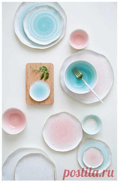 Керамическая посуда свободной формы пастельных оттенков