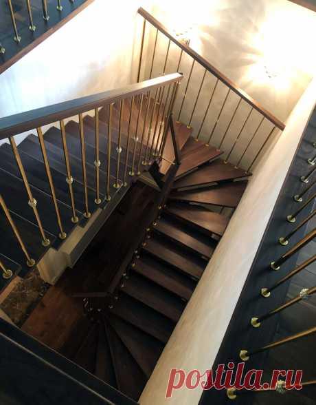 Деревянная лестница и ограждение под золото