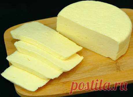 СЫР в домашних условиях приготовить по этому рецепту очень просто  Молоко (магазинное жирностью 3,3 %) – 1 л Сметана (магазинная жирностью 20 %) – 200 гр Яйца – 3 шт. Соль – 1 ч.л.  🧀Выход сыра: 365-390 гр  1. Нагреть молоко до кипения, добавить соль. 2. Яйца смешать со сметаной и влить в молоко. Довести смесь до кипения. Проварить 5-7 минут до появления крупных хлопьев. 3. Дуршлаг выстелить 2 слоями марли, процедить массу. Сверху положить блюдце и груз весом 1-2 кг. Оста...