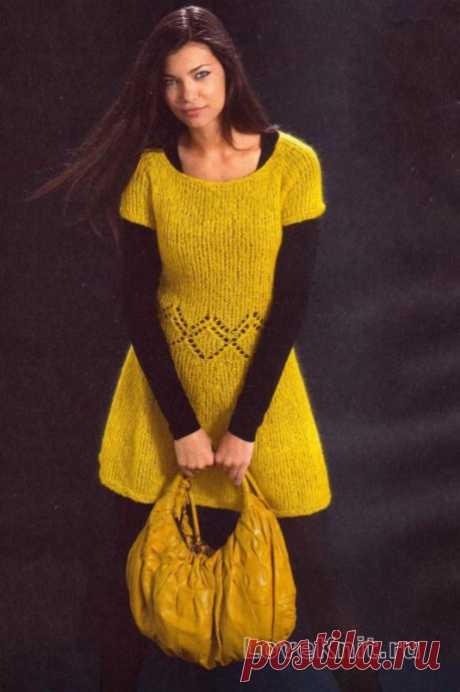 Желтое платье из мохера с круглым воротником