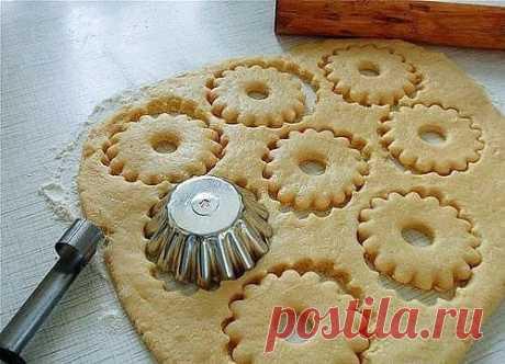 Быстрое песочное тесто  Ингредиенты:: - 150 г муки  - щепотка соли - 75 г масла сливочного - 1 яичный желток - 3 столовые ложки воды  Приготовление:  В миске смешайте муку и щепотку соли. Затем добавьте холодное нарезанное маленькими кусочками масло и руками вымесите, чтобы смесь стала похожа на крошку. Добавьте желток и 2 столовые ложки ледяной воды. Перемешайте и по необходимости добавьте еще воду (тесто должно стать однородным). Слепите из теста шар и заверните в пленку...