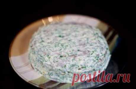 """Торт печеночный """"Праздничный""""  Ингредиенты:  - Печень куриная – 400 грамм  - Яйцо куриное – 2 штуки  - Молоко – 100-120 миллилитров  - Мука пшеничная – 40-60 грамм  - Масло растительное – для жарки  - Морковка средних размеров – 2-3 штуки  - Лук репчатый большого размера – 1 штука  - Чеснок средних размеров – 3-4 зубчика  - Майонез – 200-250 грамм  - Зелень укропа свежая – по вкусу  - Зелень петрушки свежая – по вкусу  - Соль – по вкусу  Приготовление:  1. Ножом очищаем лук от шелухи и хорошо"""