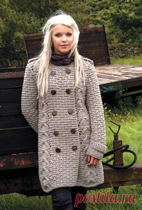 Вязаное женское пальто.